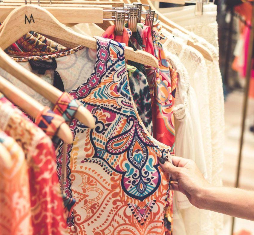 Plisowana sukienka damska i wzory kwiatowe